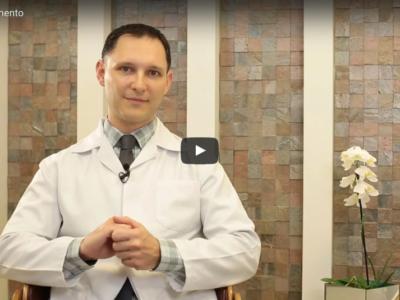 Dr. André Rosado, na sede da Clínica Unire, explica as técnicas de microagulhamento e drug delivery.