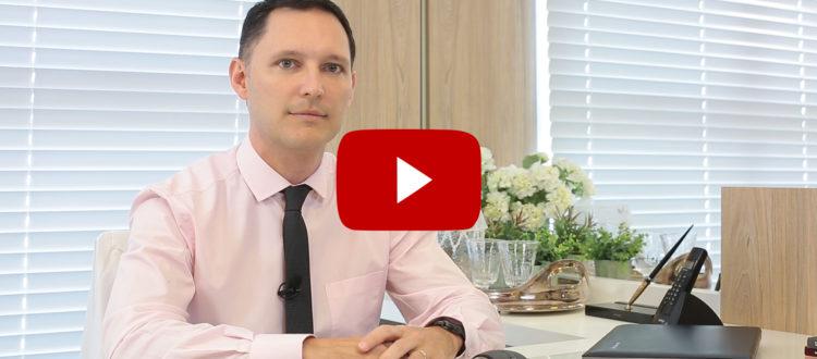 Dr. André Rosado, em seu consultório, fala sobre queda de cabelo.