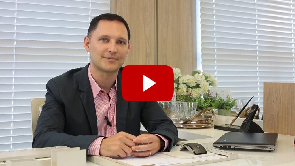 Dr. André Rosado, em seu consultório, fala sobre os tratamentos para queda de cabelos.