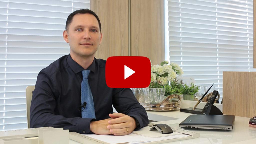 Dr. André Rosado, em seu consultório, fala sobre mitos e dúvidas frequentes sobre queda de cabelos.