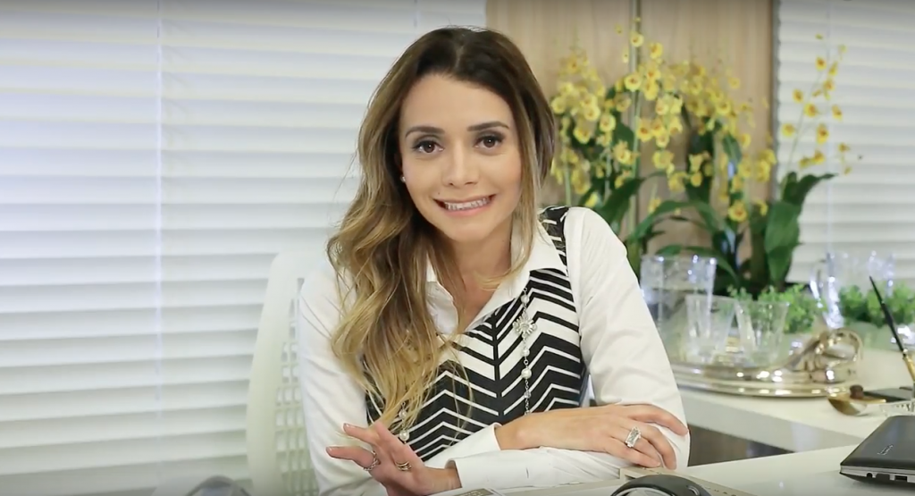 Dra. Paola Costa, em seu consultório, fala de cuidados diários com a pele.