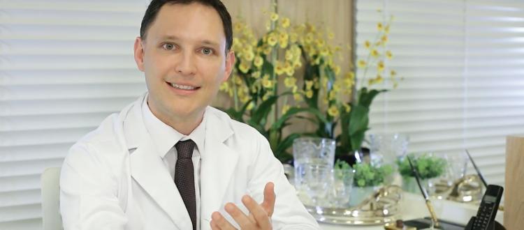 O Dr. André Rosado, em seu consultório, fala sobre as causas das estrias